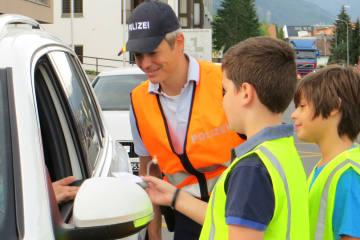Liechtenstein FL - Schüler beschenken Fahrzeuglenker