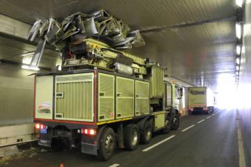 Schindellegi SZ - Lastwagen bleibt in Tunnel stecken