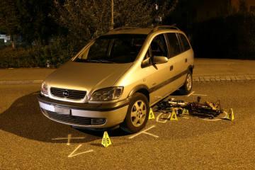 St. Gallen SG - Velofahrerin (10) gerät unter Auto