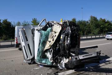 A1 bei Derendingen SO -  Lieferwagen prallt in Unterhaltsfahrzeug und überschlägt sich