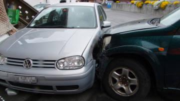 In Fideris mit Mauer und parkiertem Auto kollidiert