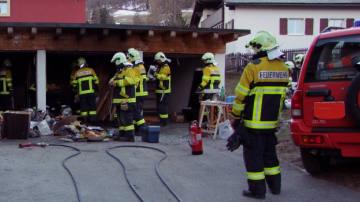 Feuer zerstört Garagenbox in Samedan
