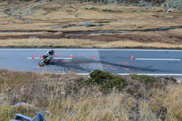 Susch GR - Motorrad mit Personenwagen kollidiert