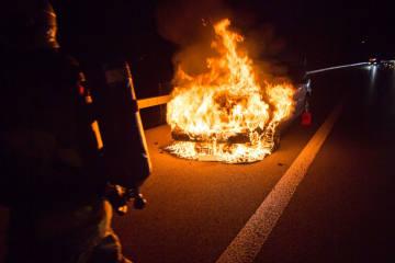 Baar ZG - Auto auf Autobahn ausgebrannt