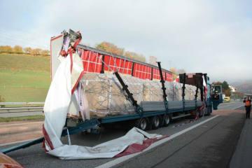 A2/Diegten BL - Lastwagen prallt in Tunnelwand und Leitplanke