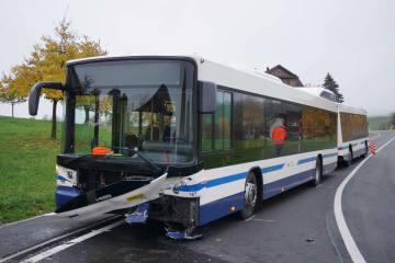 Baar ZG - Frontalkollision zwischen Auto und Linienbus