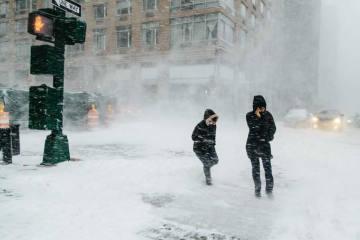 Acht Tote durch Schneestürme, New York gelähmt