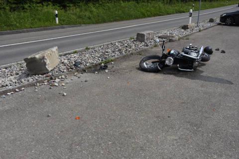 Bollingen SG - Motorradfahrer kollidiert mit Stein