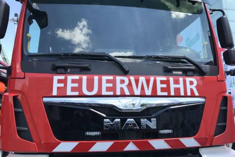 Uetendorf BE - Fahrzeug brennt in Einstellhalle