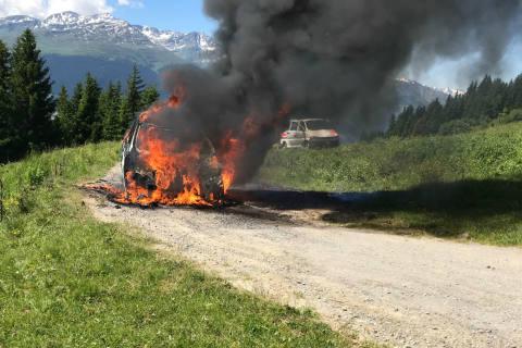 Breil/Brigels GR - Auto brennt vollständig aus