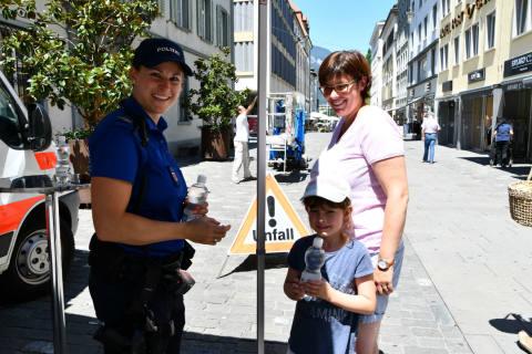 Chur GR - Stadtpolizei verteilt Trinkwasser
