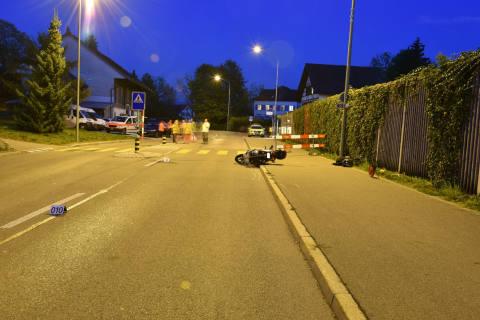 Hombrechtikon ZH - Rollerfahrer stürzt und verletzt sich schwer