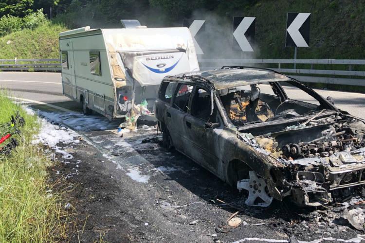 Pian San Giacomo GR - Auto mit Wohnwagen in Brand geraten