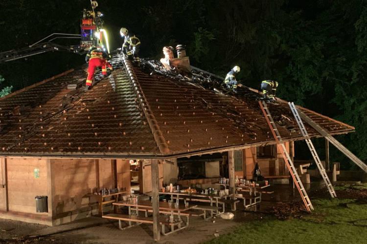 Beinwil am See AG - Waldhütte in Brand geraten