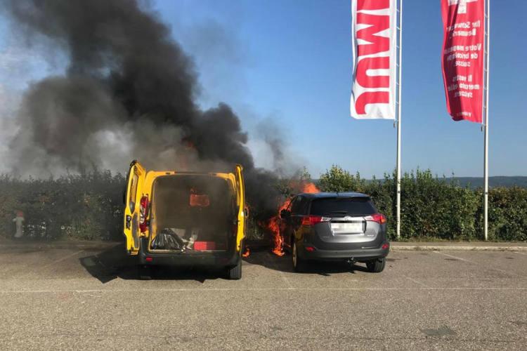 Pratteln BL - Zwei Fahrzeuge bei Brand zerstört