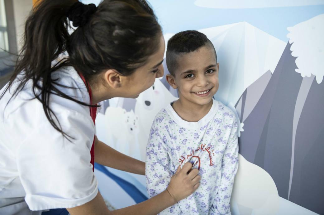 Ein junger Patient auf der Pflegestation.