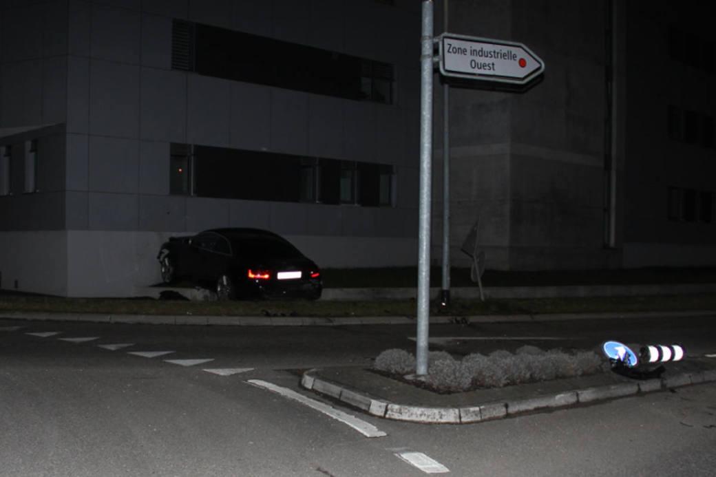Die Fahrt des Audi endet in der Mauer.