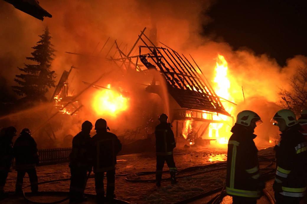 Es konnte nicht verhindert werden, dass das Bauernhaus komplett niederbrannte.