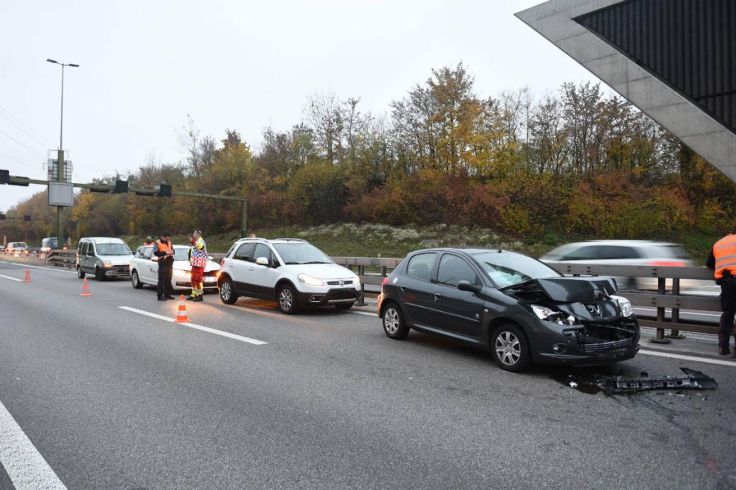 Infolge der Unfälle staute sich der Verkehr auf der Autobahn.