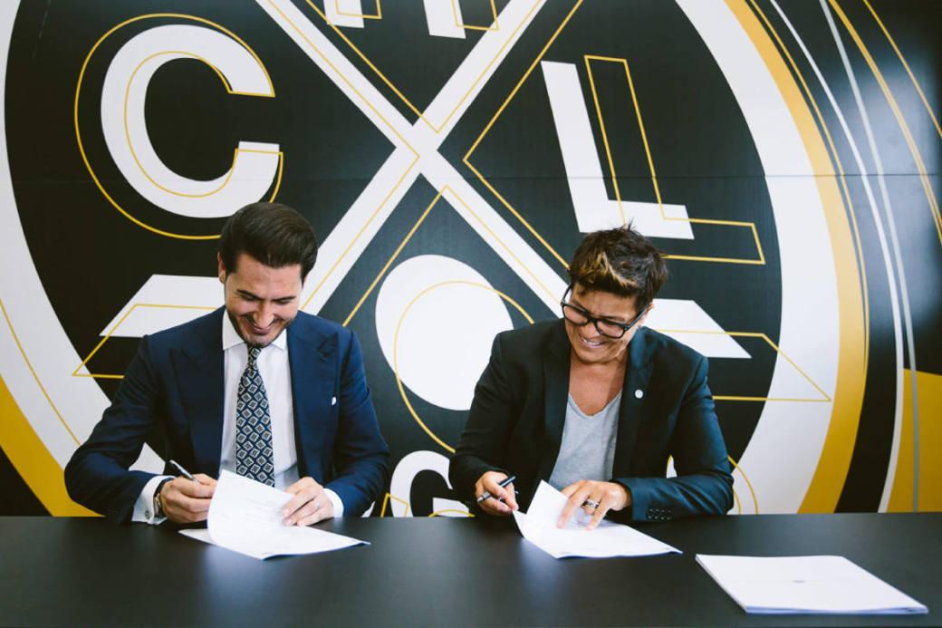 Vicky Mantegazza und Abouzar Rahmani bei der Vertragsunterzeichnung.