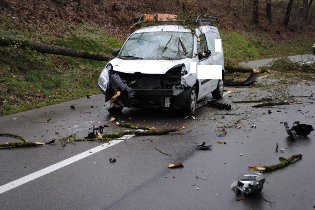 Das Auto wurde in voller Fahrt erwischt.