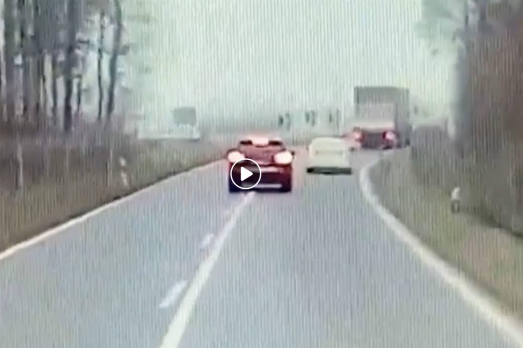 Der Porsche flüchtet vor der Grenzkontrolle