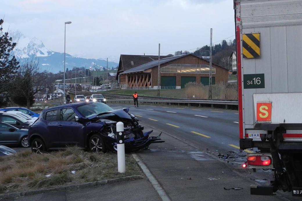 Das Auto nach der Kollision mit dem Lastwagen.