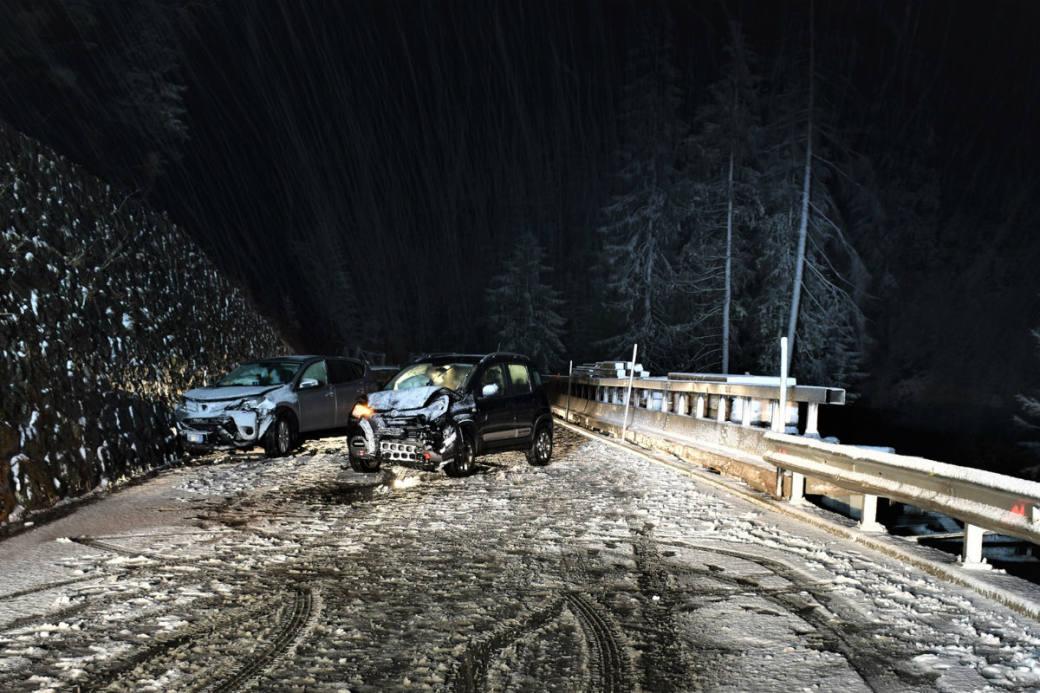 Autounfall auf schneebeckter Strasse.