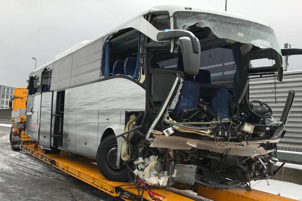Der zerstörte Reisebus wurde abgeschleppt.