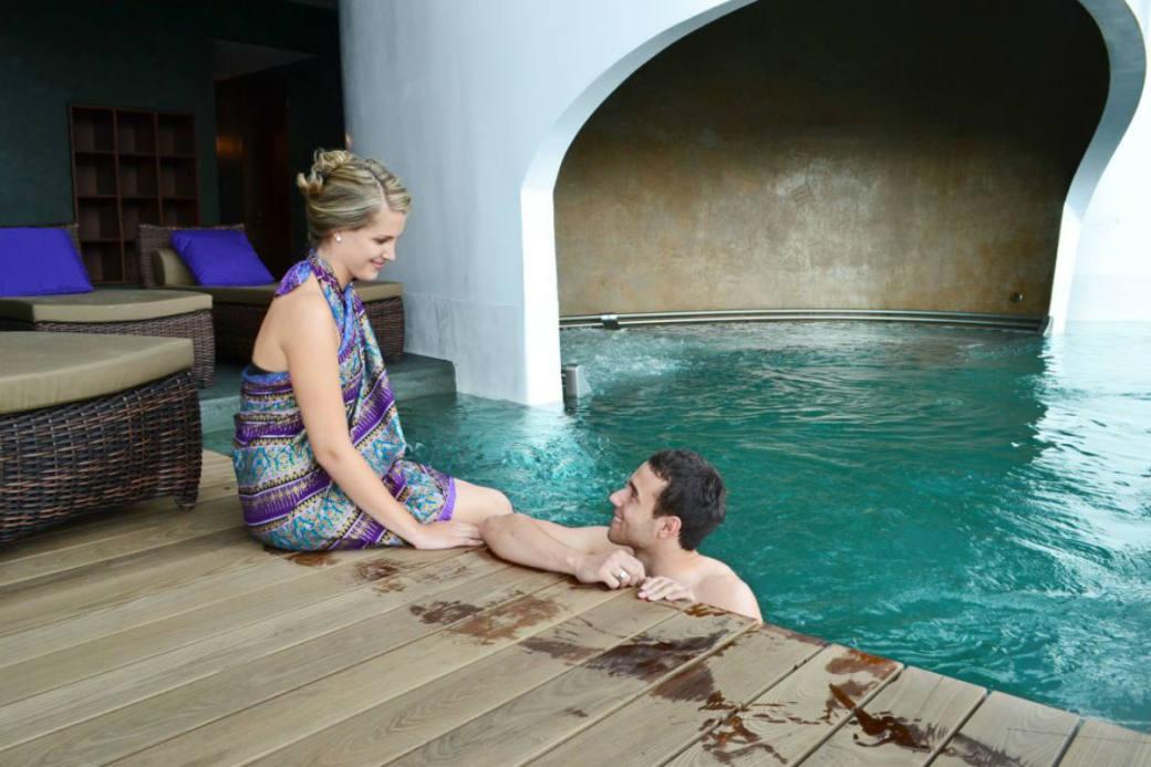 Der Pool sorgt für romantische Momente.