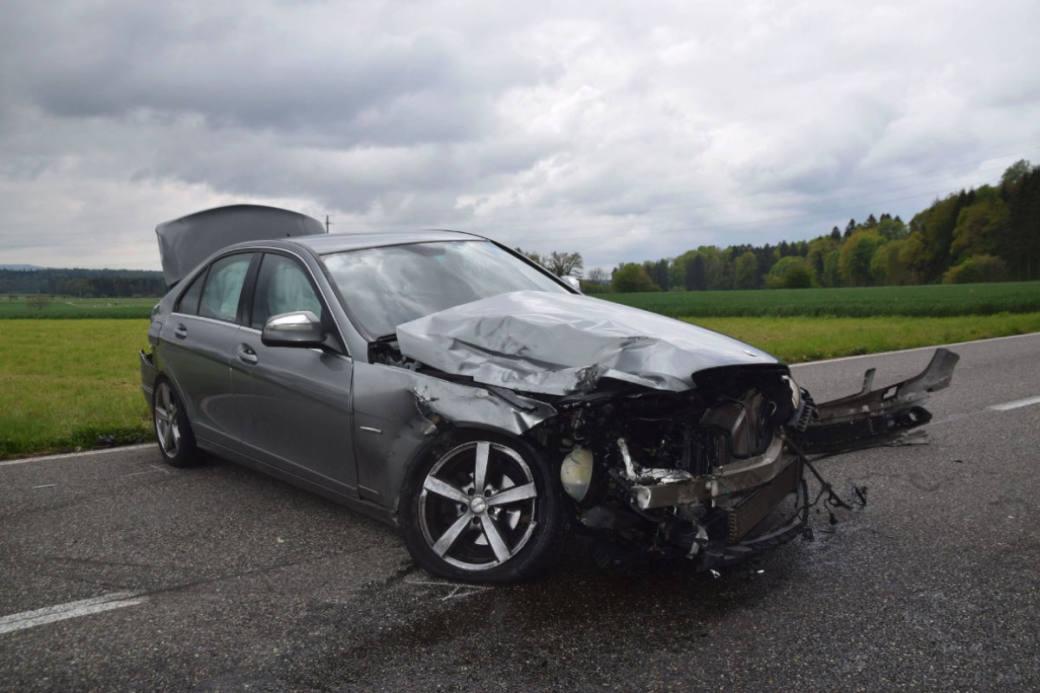 Der Mercedes wurde von zwei Fahrzeugen getroffen.