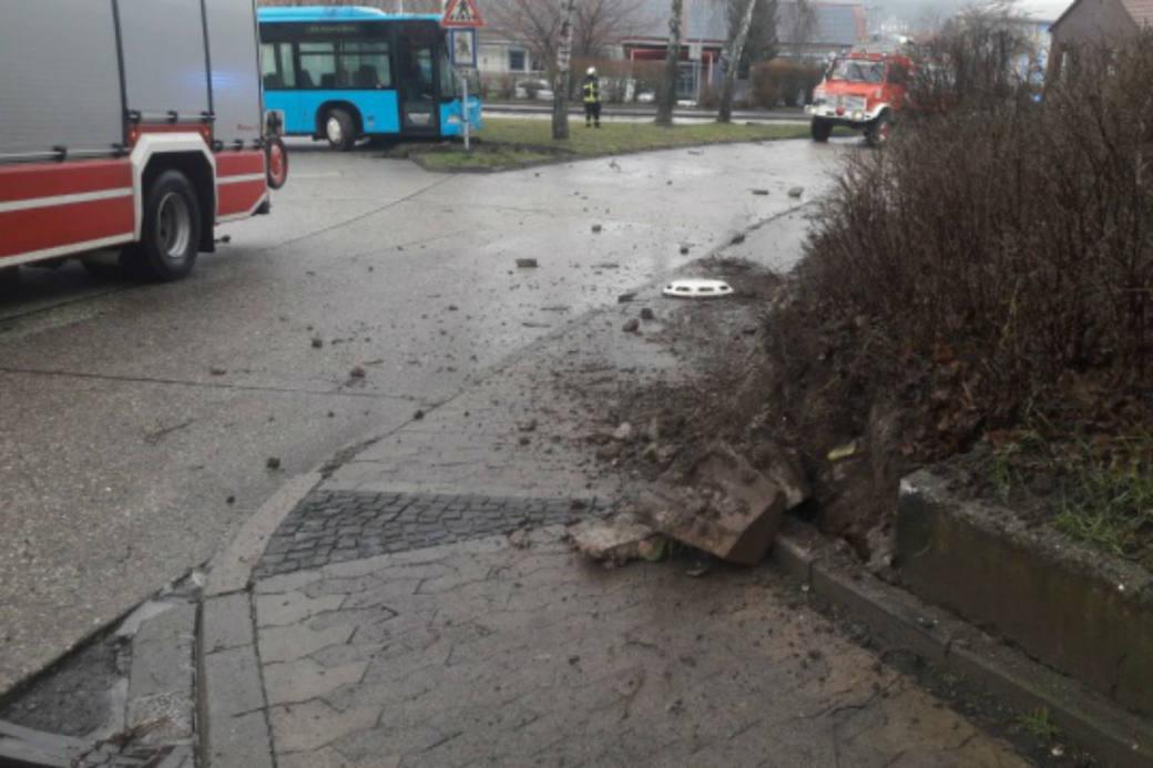 Der Bus rollte weg.