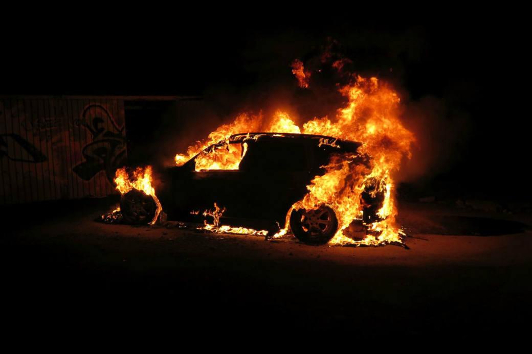 Das Auto fing Feuer.