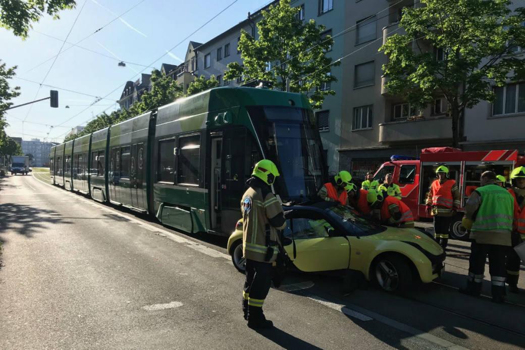 Tram und Auto stossen zusammen.