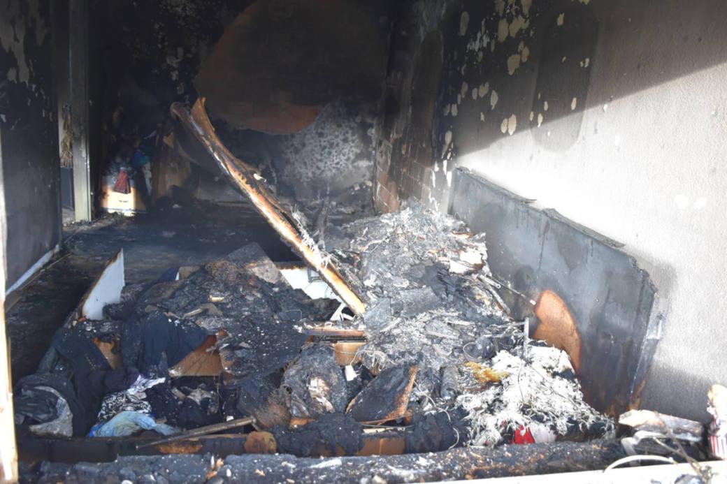Brandherd im Schlafzimmer der Wohnung im ersten Stock