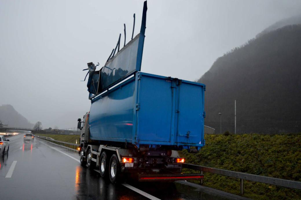 Der Lastwagen wurde ebenfalls beschädigt.
