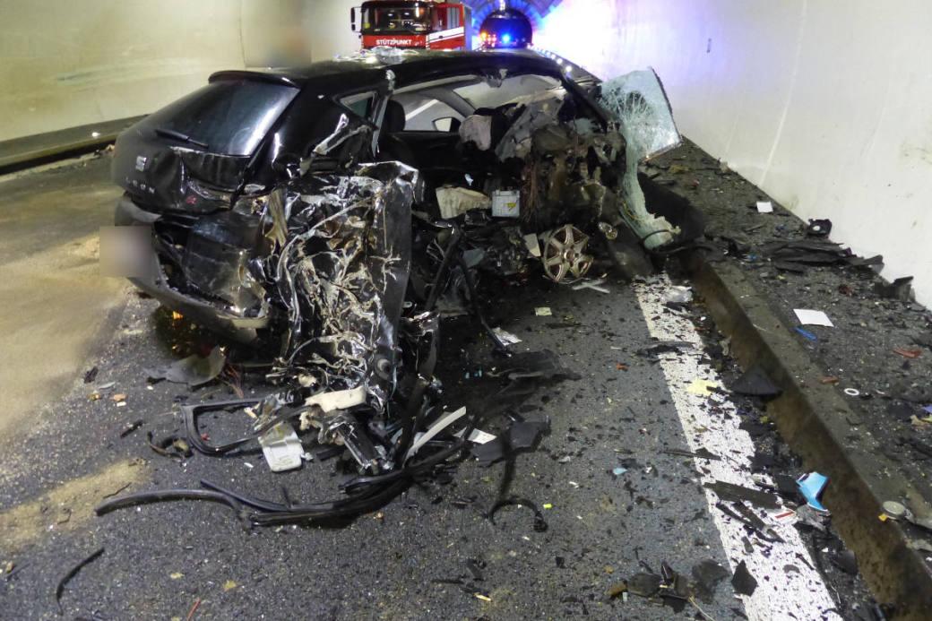 Das Auto fuhr nach der Kollision noch mehrere hundert Meter weiter.