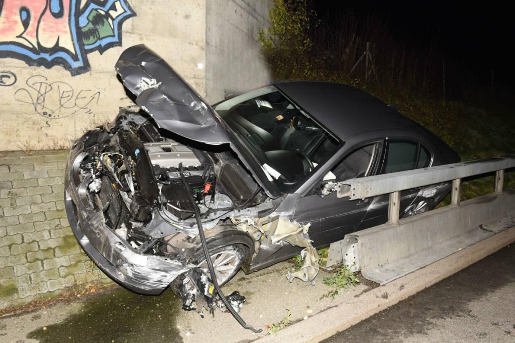 Das Auto wurde vollständig zerstört.