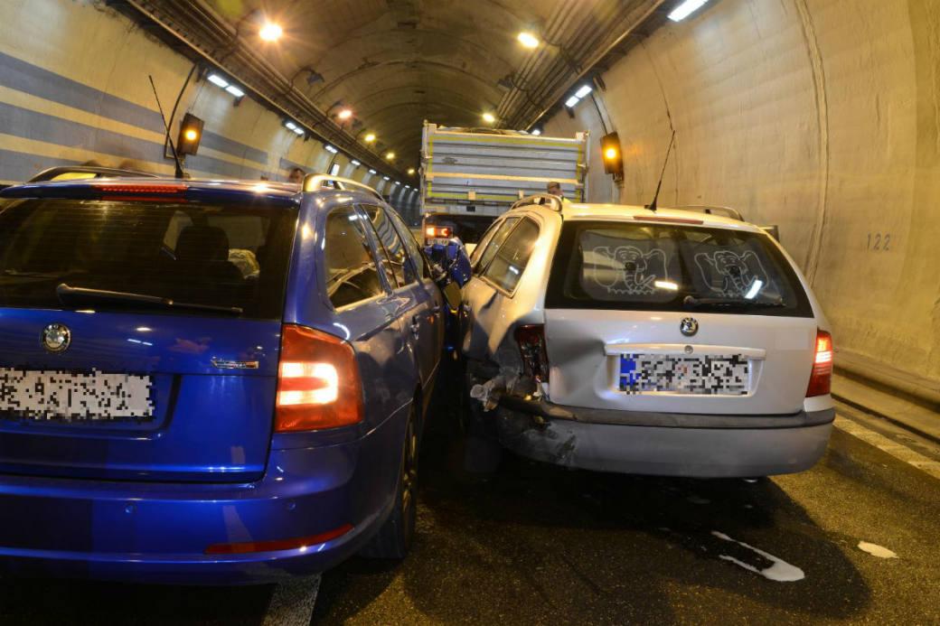 Pannenfahrzeug löste Unfall aus.