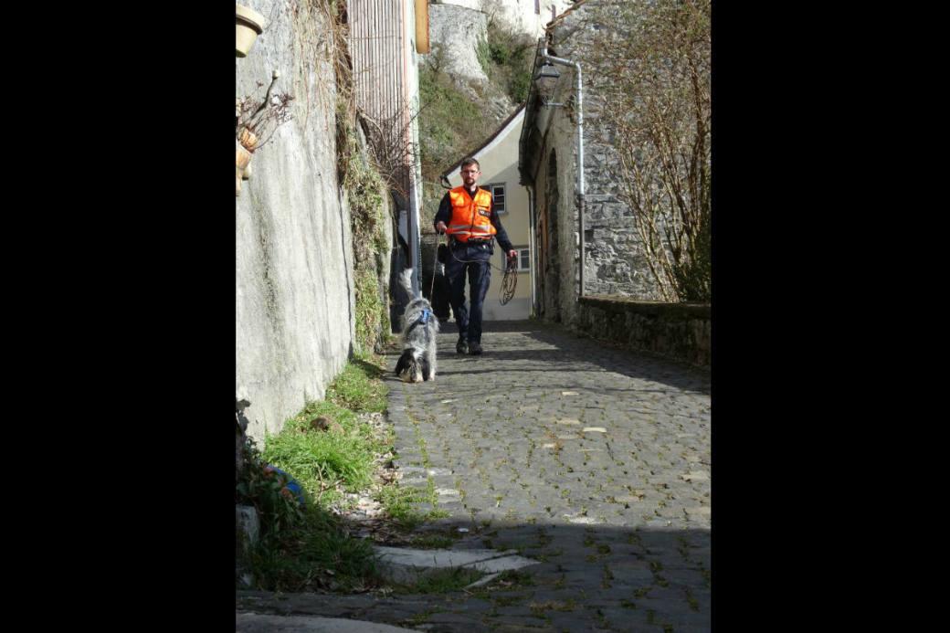 Polizeihündin 'Alix vom Bergischen Geläut' mit ihrem Führer