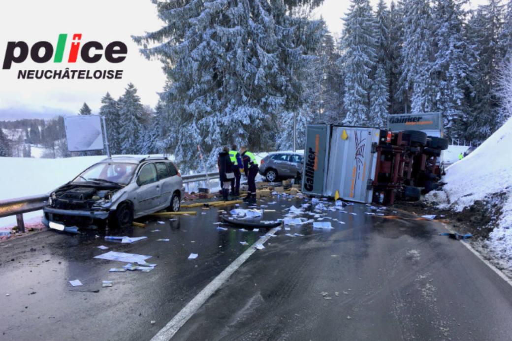 Heftiger Crash auf schneebedeckter Strasse.