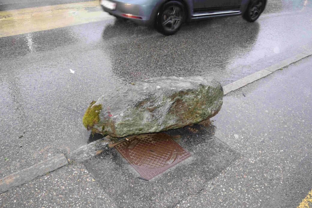 Ein Lastwagen riss den Stein mit.