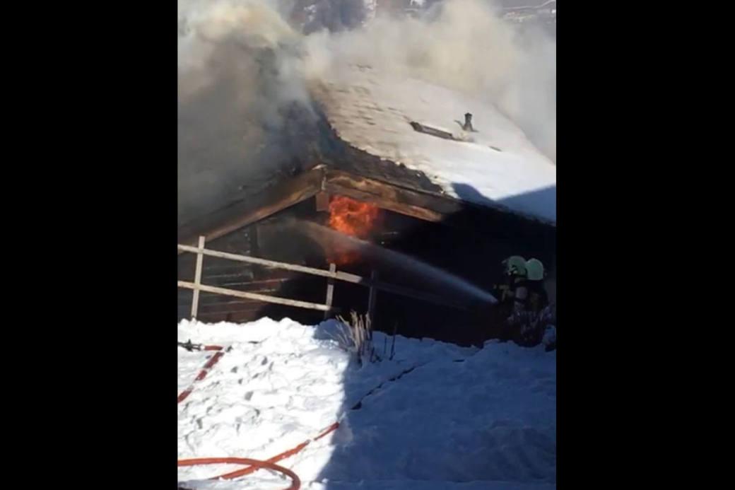 Die Feuerwehr bekämpft den Brand des Chalets.