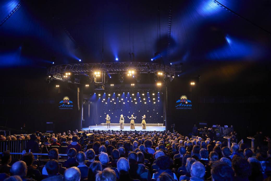 Das volle Zelt am Arosa Humorfestival