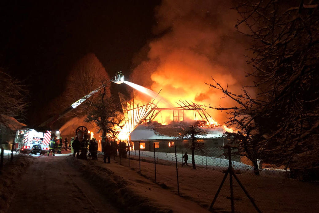 Den Angehörigen der Feuerwehren Regio Sumiswald und Langenthal gelang es den Brand unter Kontrolle zu bringen.