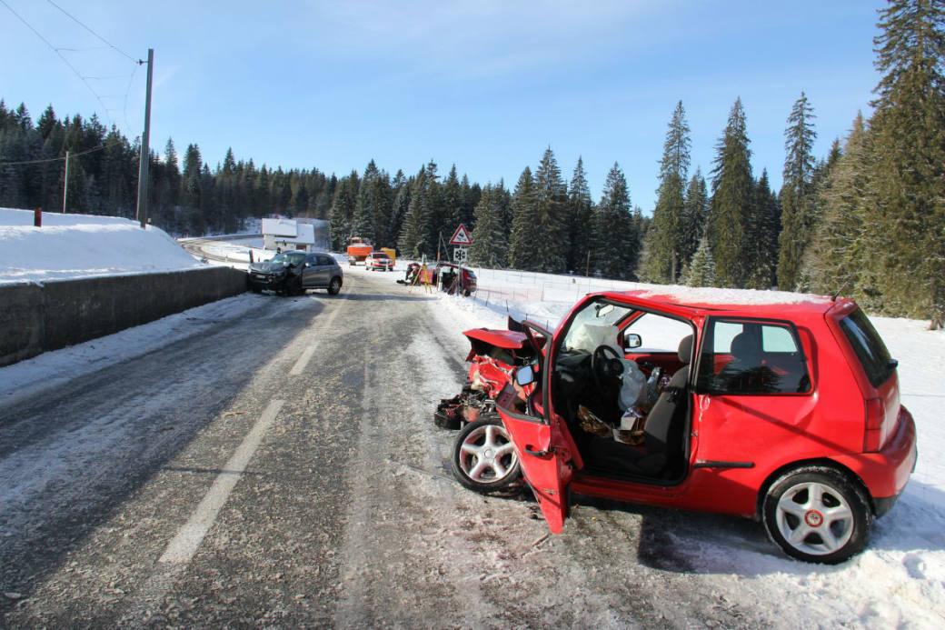 Ein heftiger Crash infolge Sommerbereifung.