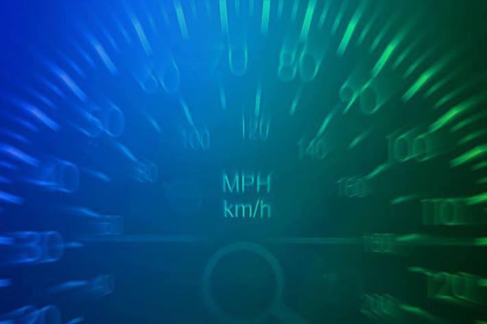 Auto massiv zu schnell in Ins unterwegs (Symbolbild)