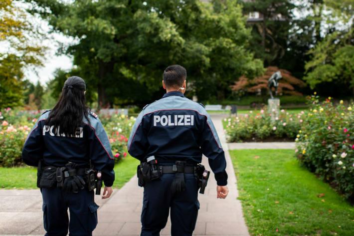 In Winterthur ZH verletzte sich eine Fussgängerin bei einer Kollision mit einem Fahrzeug schwer.
