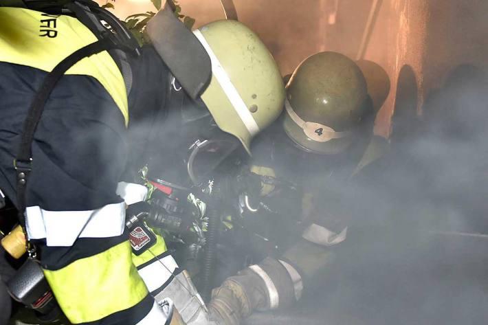 Als die Kräfte in der Unterkunft in München eintrafen, fanden sie in einer Wohneinheit einen Mann mit Verbrennungen an Gesicht und Händen vor (Symbolbild)