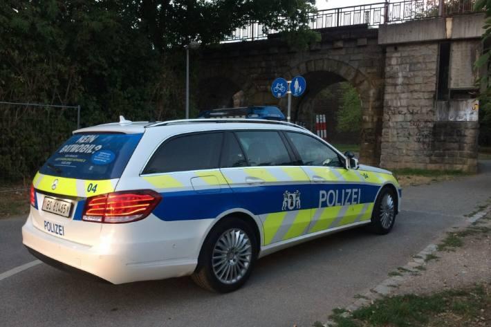 In Basel haben gestern drei Unbekannte einen Mann ausgeraubt.